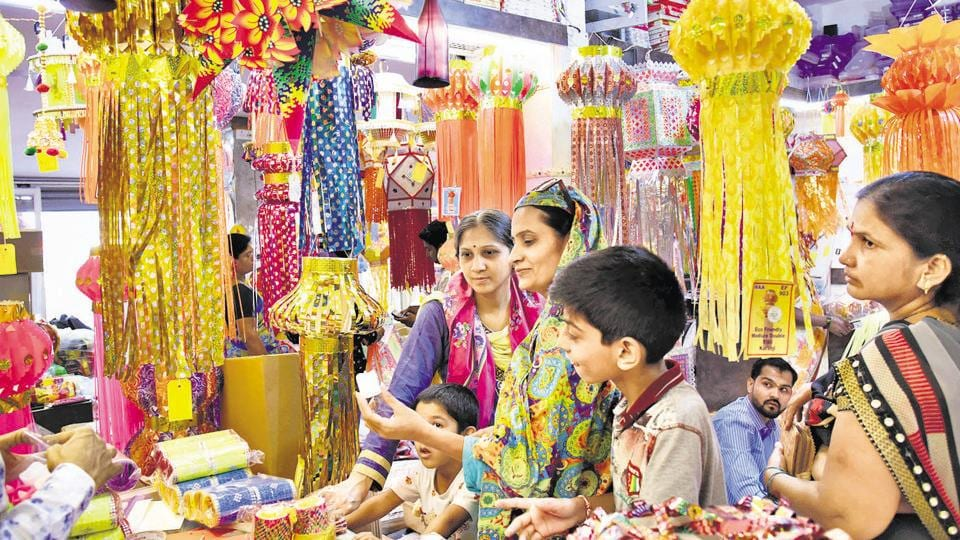 The Chichwad market is seen buzzing with the purchase of attractive Akash Kandil for Diwali. ,