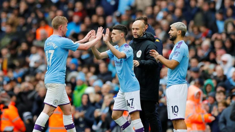 Premier League - Manchester City v Aston Villa - Etihad Stadium, Manchester, Britain - October 26, 2019 Manchester City's Phil Foden comes on as a substitute to replace Kevin De Bruyne as Sergio Aguero prepares to come on as a substitute.