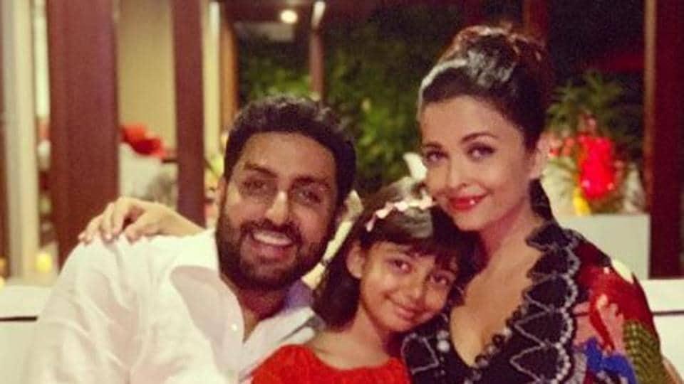 Aishwarya Rai poses with Abhishek Bachchan and Aradhya Bachchan.