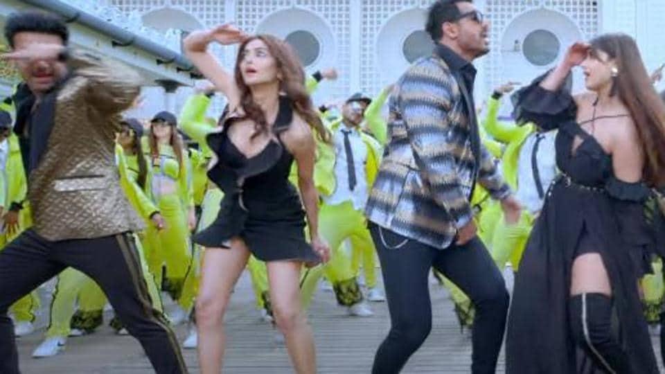 Pagalpanti song Thumka: John Abraham, Pulkit Samrat and Arshad Warsi groove to Honey Singh's tunes.