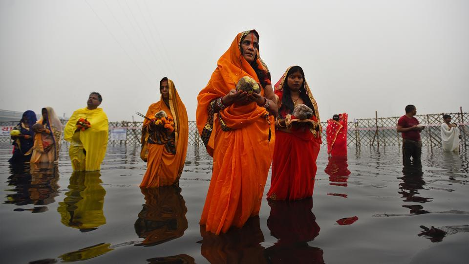 Devotees on the banks of the Yamuna River in an enclosed area while performing rituals and prayers on the occasion of Chhath Puja at Yamuna Ghat, in New Delhi. (Sanchit Khanna / HT Photo)
