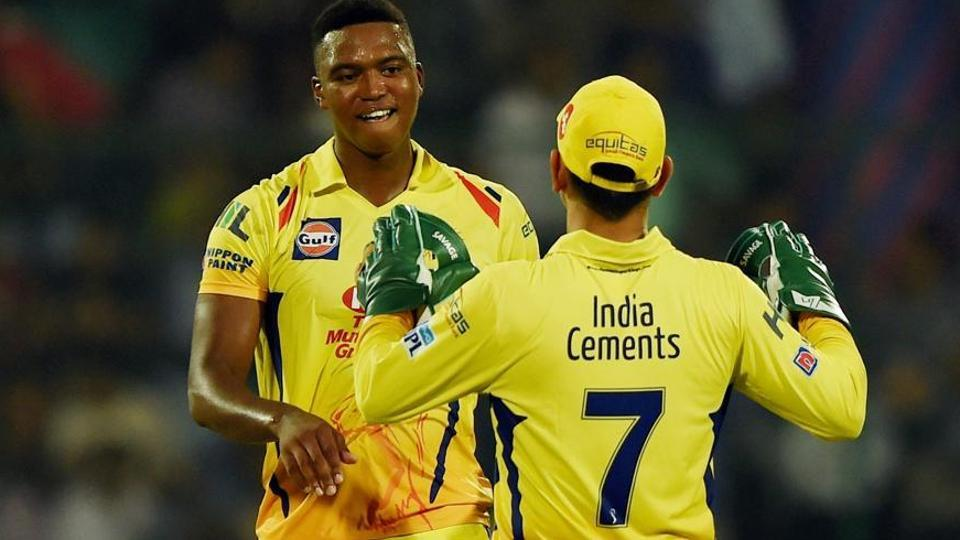 Lungi Ngidi (L) in action with MS Dhoni.