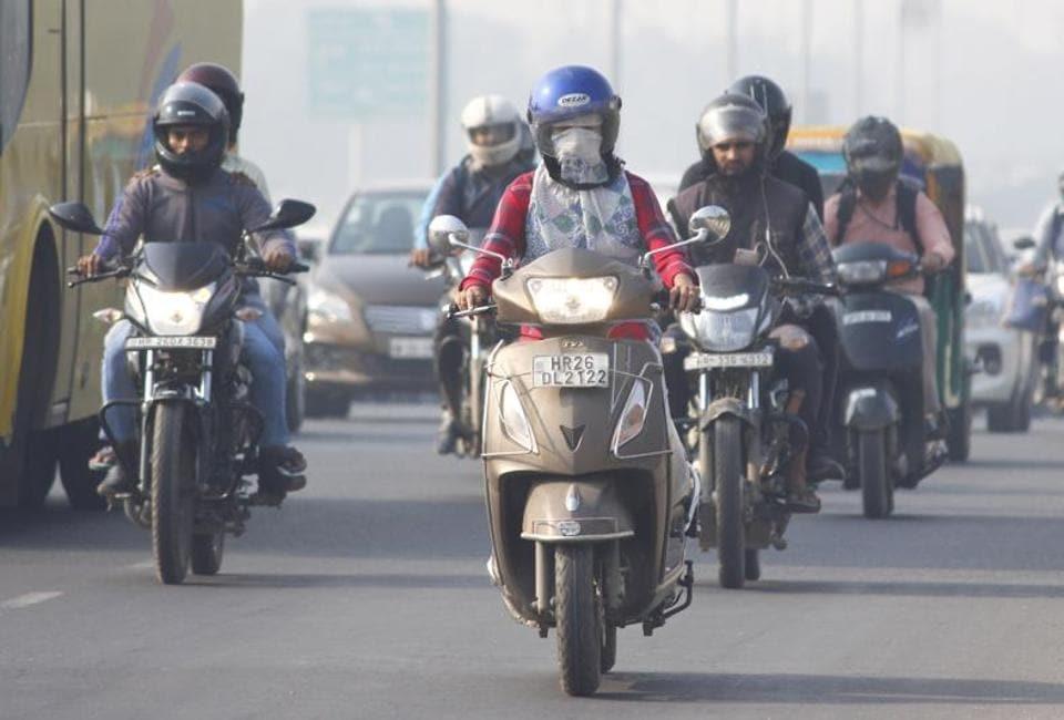 Commuters on the  Delhi-Gurugram Expressway amid heavy smog, in Gurugram,  on Tuesday, November 5, 2019.