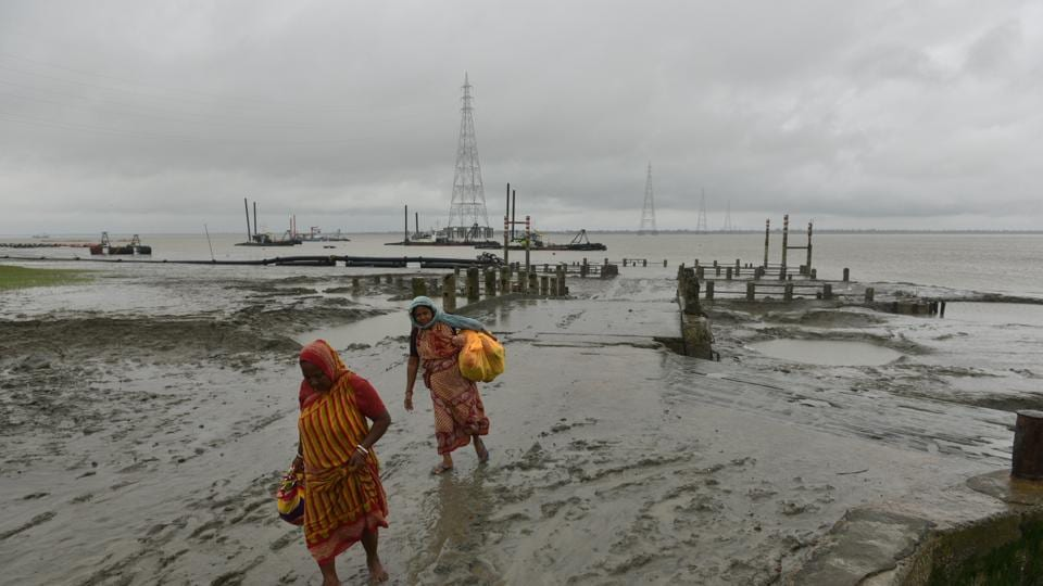 Cyclone Bulbul lashed Bangladesh overnight, killing two people, injuring scores and damaging homes but prompt evacuations saved many lives and the worst was over. (Photo Samir Jana/ Hindustan Times)