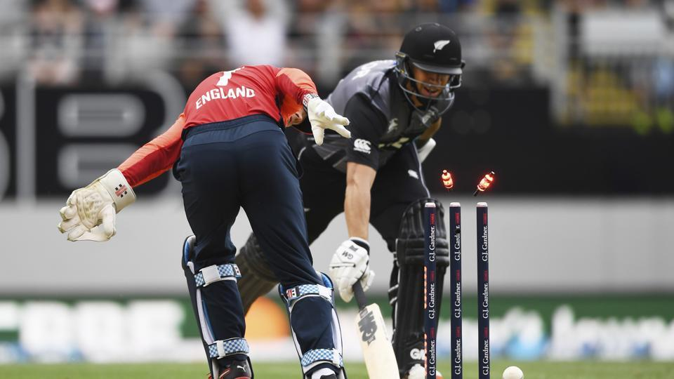England keeper Sam Billings runs out New Zealand's Ross Taylor