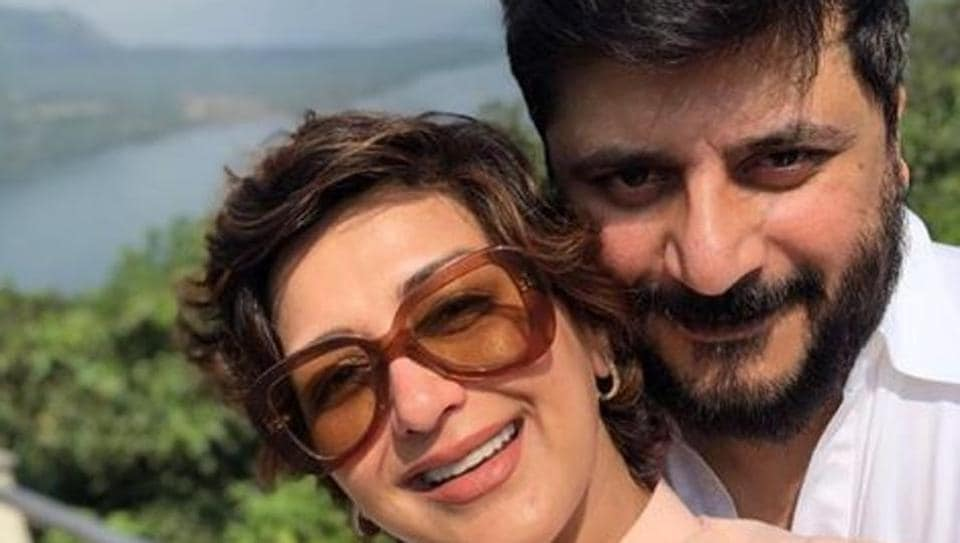 Sonali Bendre and Goldie Behl pose for a selfie.