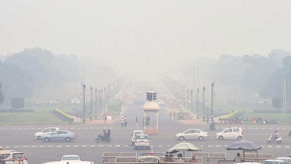 Vehicles ply on Rajpath shrouded in smog, in New Delhi, Wednesday, November 13. On Tuesday, the AQI was at 425.