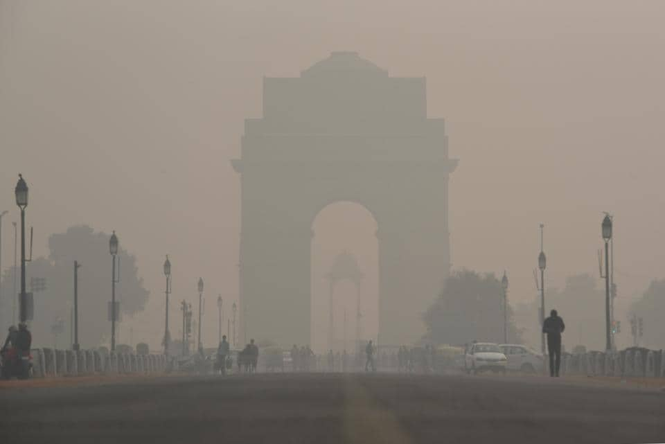 A view of the India Gate engulfed in heavy smog due to rise in pollution, in New Delhi. Delhi's air quality plunged further in the 'severe' zone for the third consecutive day on Thursday. Schools in the national capital are shut in view of the toxic air quality. (Sanchit Khanna / HT Photo)