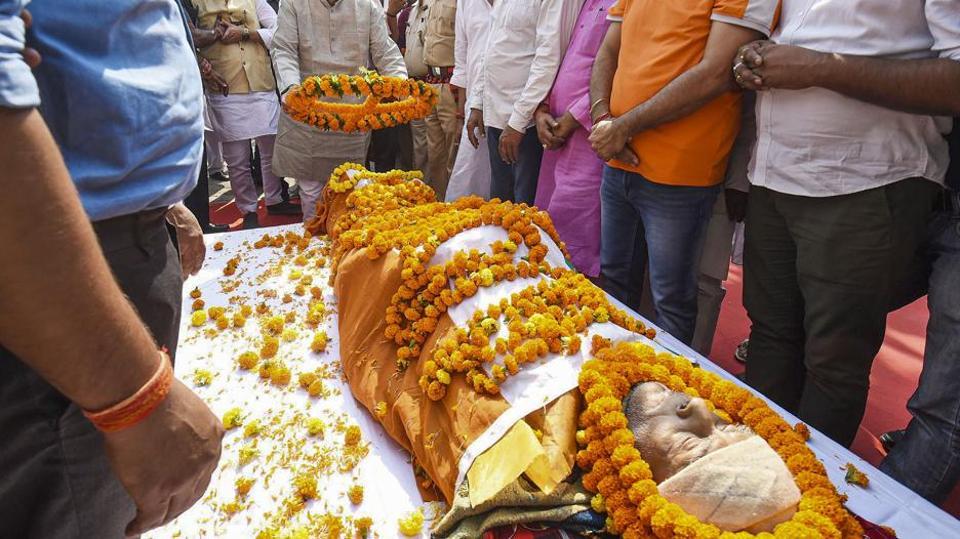 Bihar Chief Minister Nitish Kumar floral tribute to mathematician Vasistha Narayan Singh, in Patna, Thursday, Nov. 14, 2019.