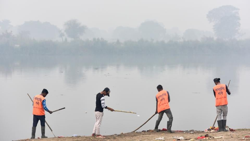 Volunteers from Namami Gange project are seen cleaning the ghats of Yamuna amid dense smog. The North Corporation has also been struggling with enforcement. Officials said that even though they had pooled in all resources, lack of both manpower and finances had limited their capacity in the field. Following Delhi's lieutenant governor's orders, the civic body has also compulsorily retired 39 officials—the highest in any civic agency in Delhi. (Sanchit Khanna/ HT Photo)