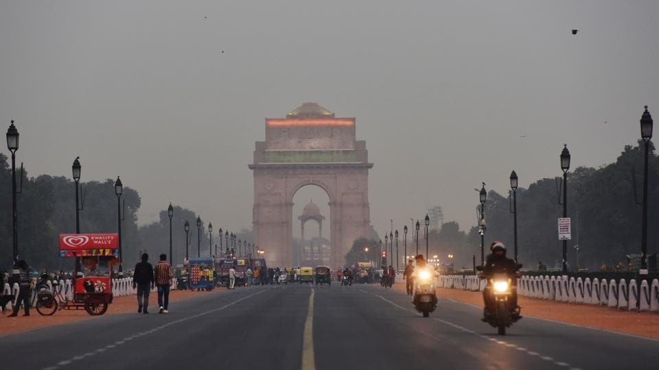 A view of the India Gate, on Wednesday, November 20. Air quality in the national capital entered the very poor category on Wednesday. Due to prevailing calm winds and increased incidents of farm fires the AQI was likely to turn severe over the next two days. (Sanchit Khanna / HT Photo)