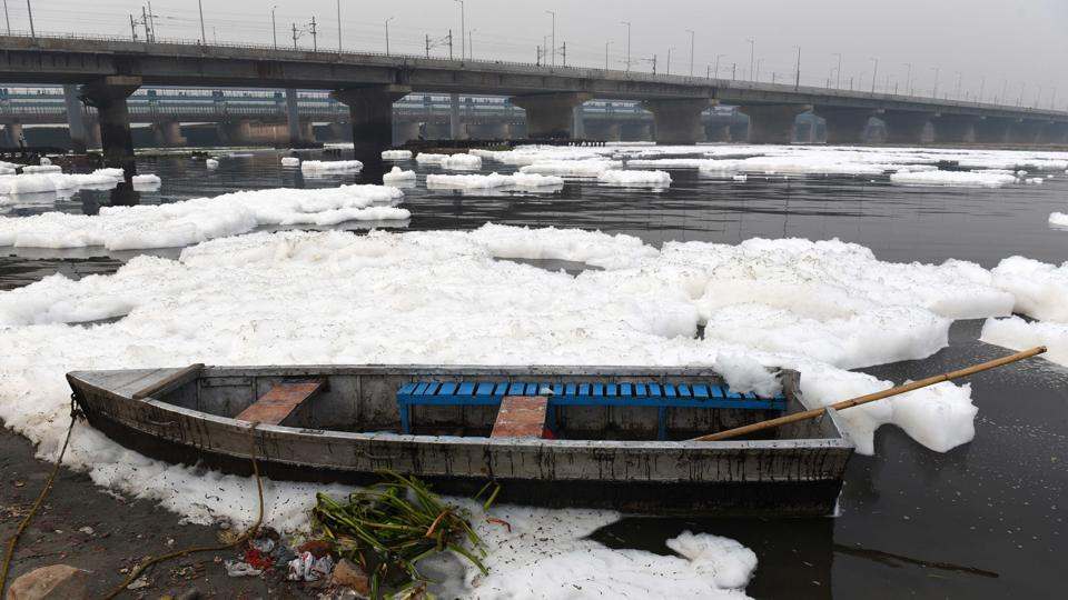Delhi air pollution creates toxic foam on Yamuna river Kalindi Kunj at in New Delhi (Photo by Mohd Zakir/ Hindustan Times)
