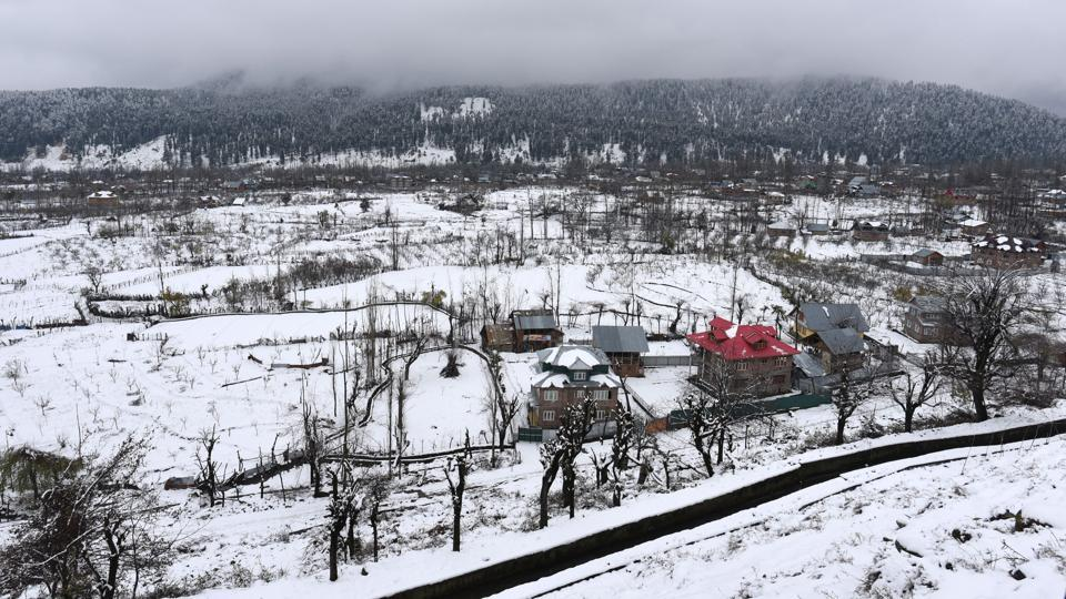 A view of snow covered field after fresh snowfall, at Tangmarg, about 35 km from Srinagar, Jammu and Kashmir. (Waseem Andrabi / HT Photo)