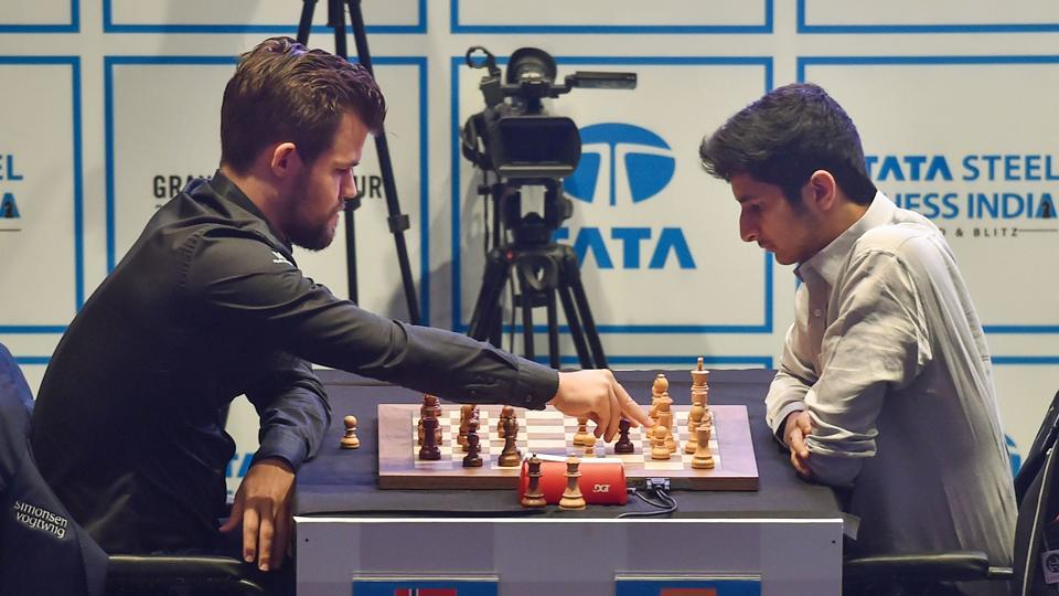 Indian grandmaster Vidit Santosh Gujrathi (R) plays against Norwegian grandmaster Magnus Carlsen on the 5th day of 'Tata Steel Chess India 2019-Blitz format' in Kolkata, West Bengal. (Swapan Mahapatra / PTI)