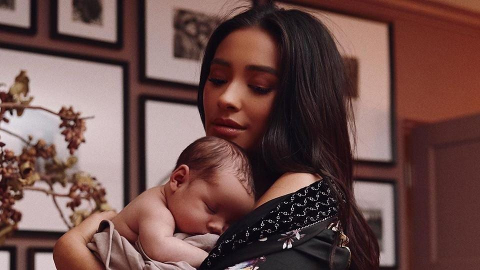 Shay Mitchell shared a picture of herself breastfeeding her one-month-old daughter Atlas Noa.