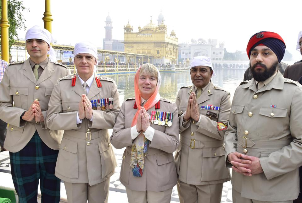 Amritsar, India- 11 December 2019::: A delegation of British Army led by Brig Celia Jane Harvey (C) comprising, Col. John Kendall (2L), Captain Craig Bickerton (L), Captain Jagjeet Singh Sohal (R) and Warrant officer Ashok Chauhan (R) paying obeisance at Golden Temple in Amritsar on Wednesday. December 11, 2019. (Photo by Sameer Sehgal/Hindustan Times)