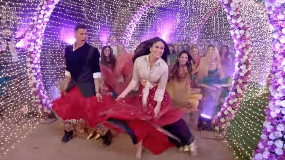 Akshay Kumar and Kareena Kapoor in a still from Good Newwz song Laal Ghagra.