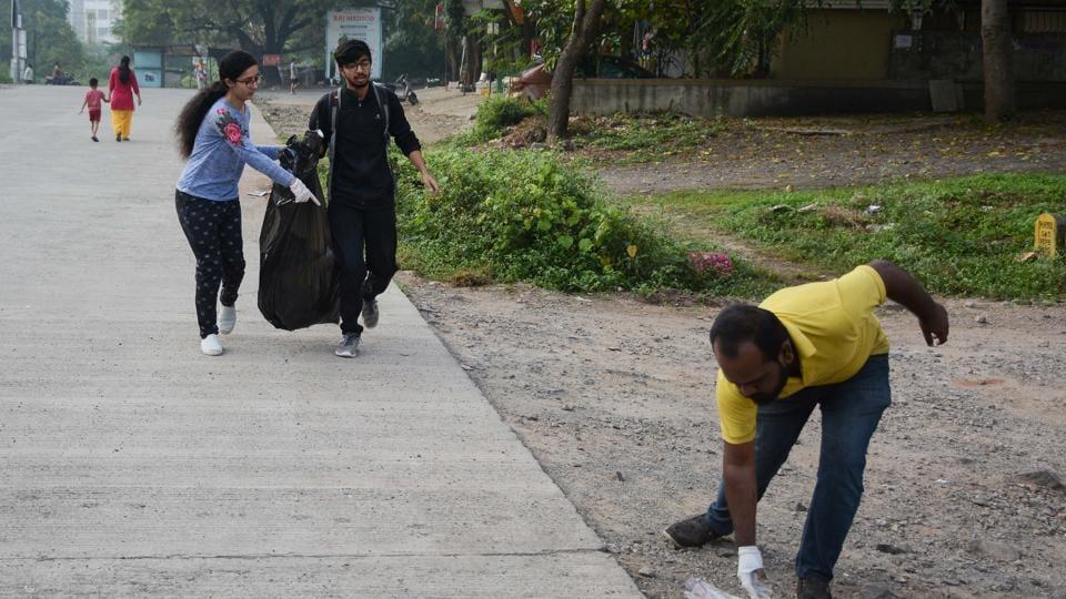 Volunteers of Pune Ploggers collecting garbage at Baner Pashan link road in Pune.