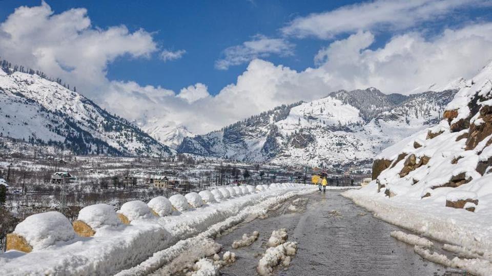 Snowfall in Manali, Himachal Pradesh.