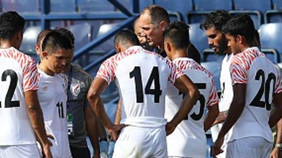 Igor Stimac, head coach of India, gives instruction to his team )