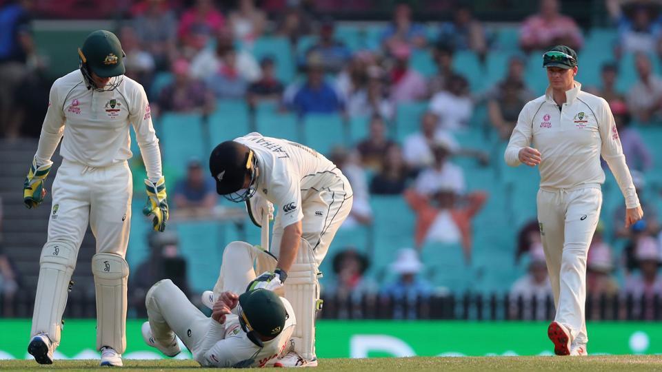 New Zealand's captain Tom Latham (C) consoles Australia's Matthew Wade.