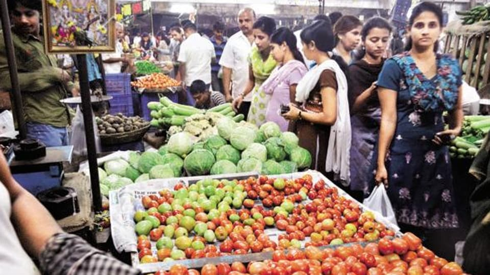 Blaming vegetable, meat and fish prices for the high food inflation, CARE Ratings Ltd chief economist Madan Sabnavis said that inflation should come down in January with the new onion crop in and prices moving down.  (HT photo)