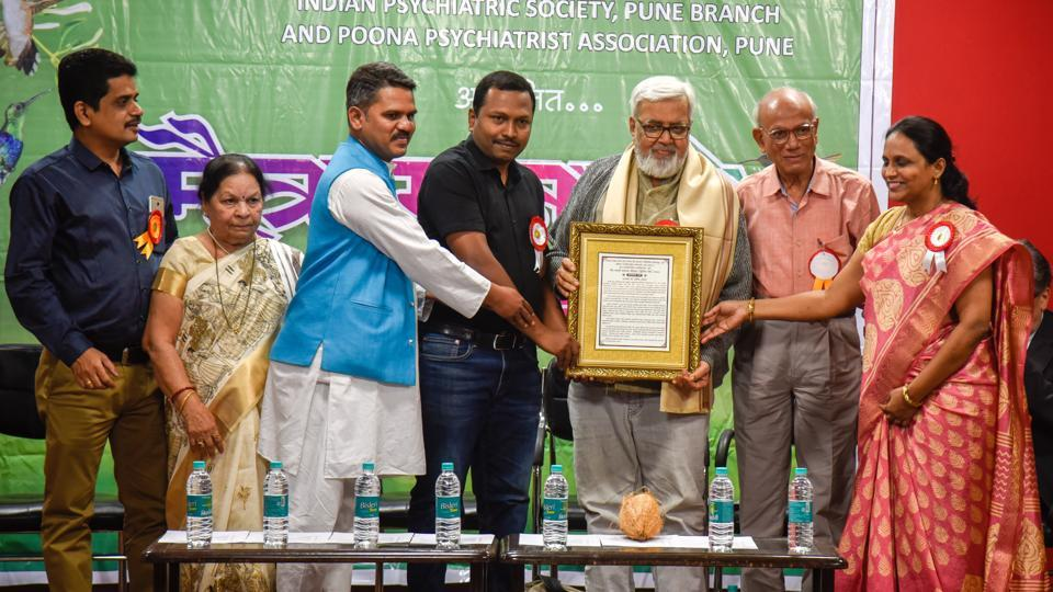 Senior practising psychiatrists Dr Bharti Rajguru, 77 (second from left) and Dr Anil Awachat, 74 (third from right), both were felicitated at the event.