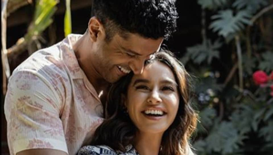 Farhan Akhtar and Shibani Dandekar look like the happiest couple in new pic.