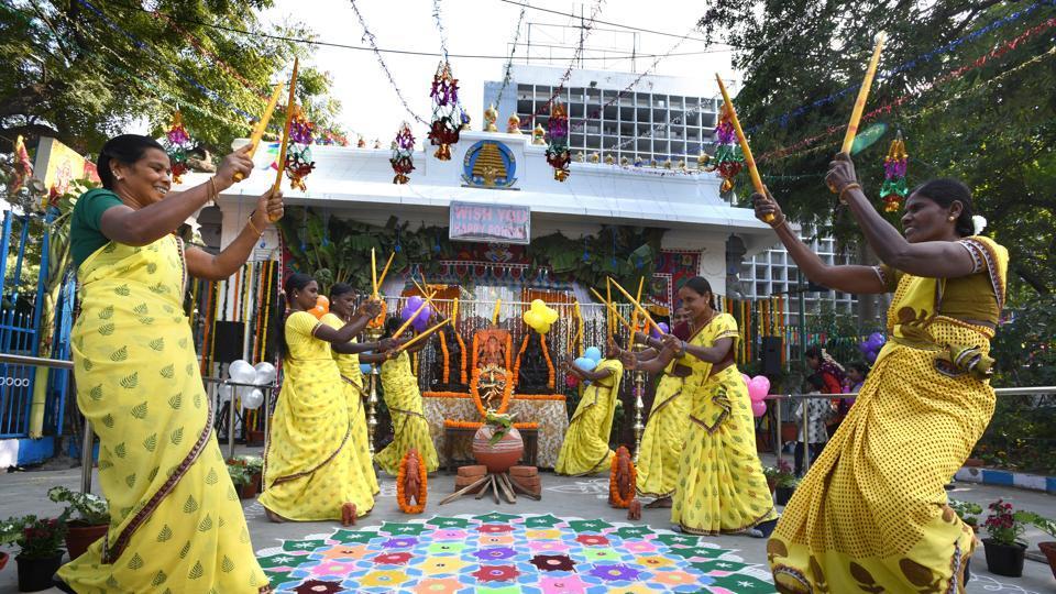 Women dance around a kolam drawing during Pongal festivities, at Tamil Nadu House, Chankyapuri in New Delhi.  (Arvind Yadav/HT PHOTO)