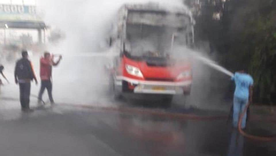 Luxury bus catches fire on Thane highway, all 25 passengers safe - mumbai news - Hindustan Times
