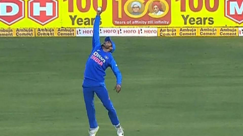 Manish Pandey takes a brilliant catch to dismiss David Warner