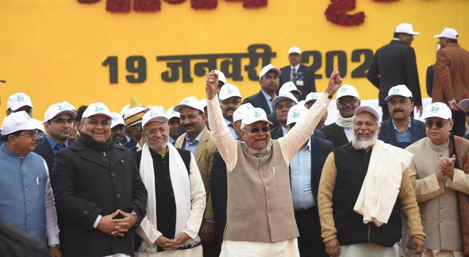 Patna, India-Jan 19, 2020: Bihar Chief Minister Nitish Kumar along with deputy CM Sushil Kumar Modi, Jal Purush Rajendra Singh and others participates in forming a human chain in support of 'Jal Jivan Hariyali Movement' against climate crisis, prohibition and social ills including dowry and child marriage, in Patna, India, on Sunday, Jan. 19, 2020. (Photo by Santosh Kumar / Hindustan Times)