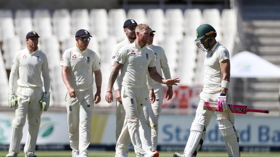Ben Stokes celebrates with teammates after taking the wicket of South Africa's Faf du Plessis.
