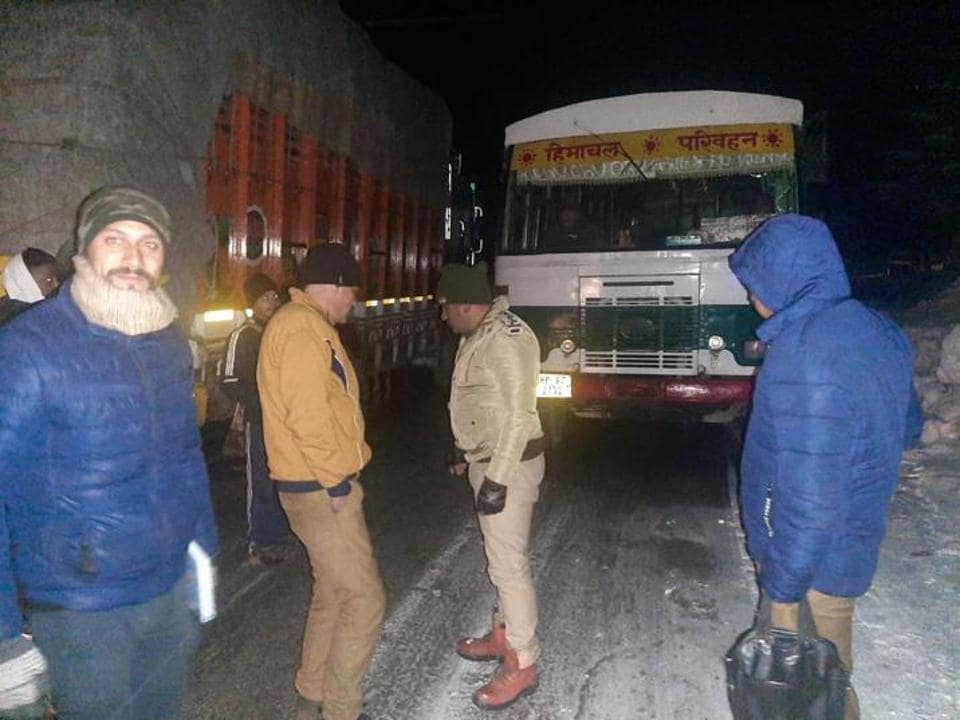 Police personnel during the rescue operation after vehicles got stuck due to slippery roads following the snowfall in Kufri, 14km from Shimla, on Tuesday.
