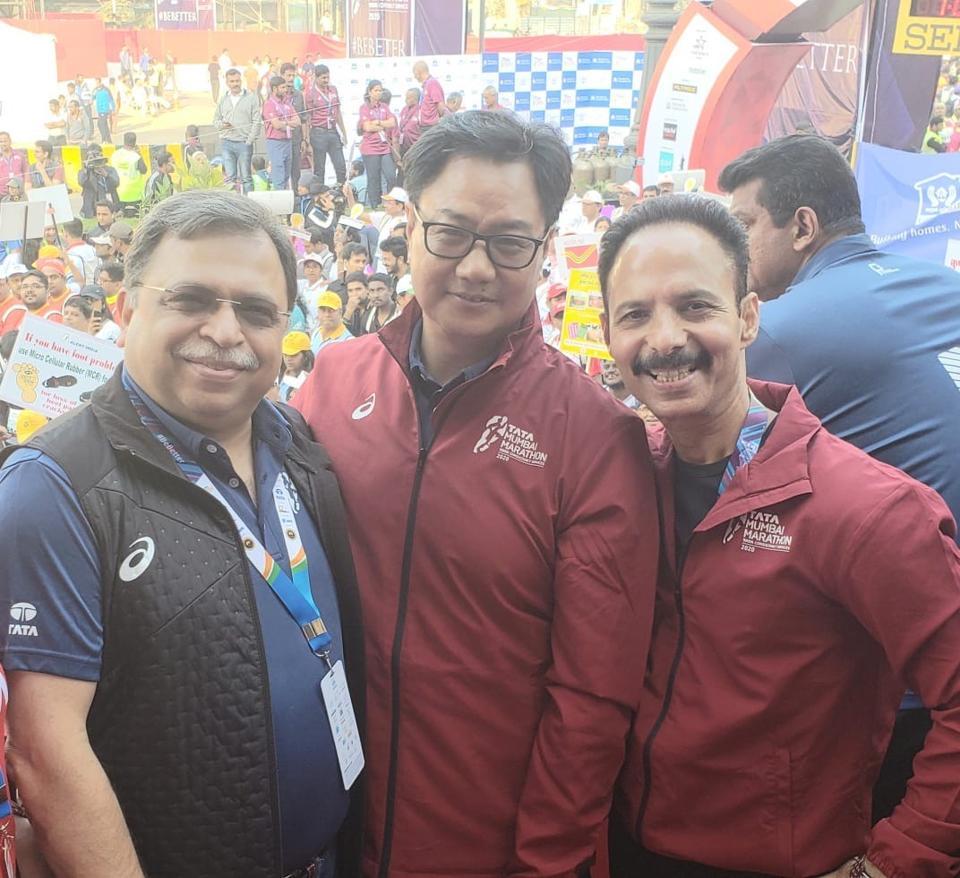 Adille Sumariwalla with Union minister Kiren Rijiju and Mickey Mehta at the Mumbai Marathon.