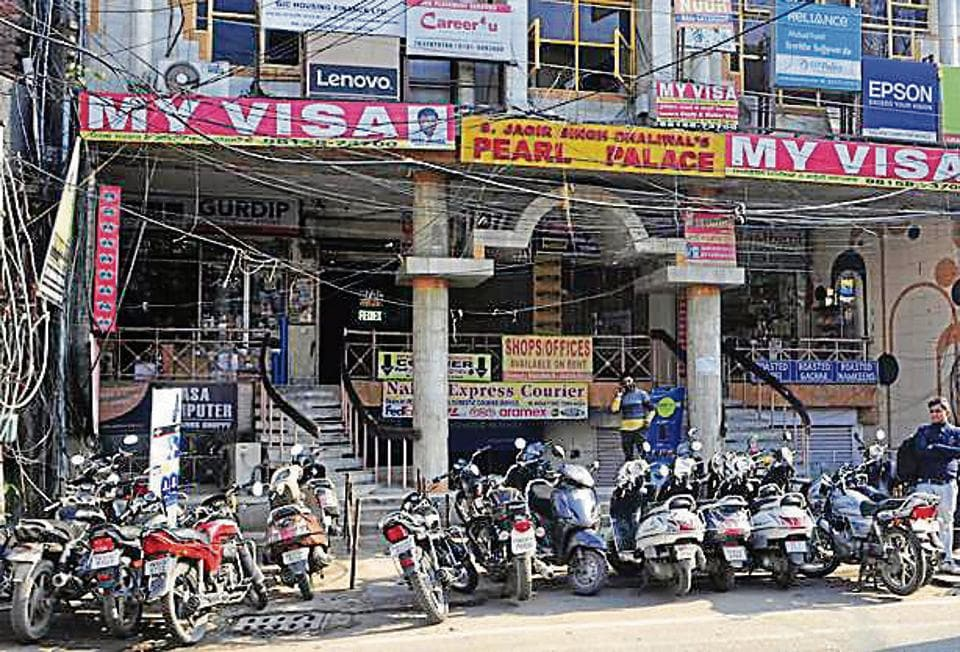 The broad daylight dacoity, wherein four armed miscreants looted VK Jewellers in the Ghumar Mandi market after holding its owner captive at gunpoint, occurred at a stone's throw from a police naka in the market.