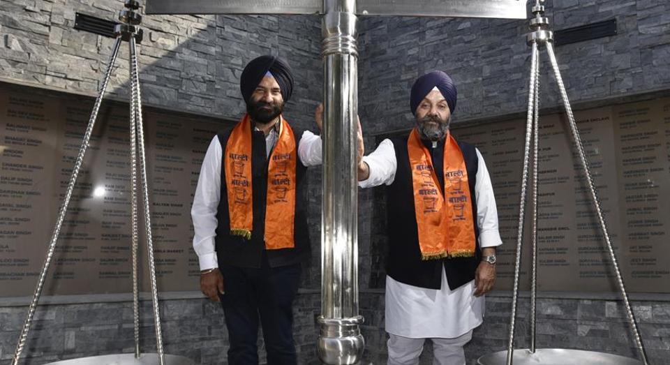 Delhi Sikh Gurdwara Management Committee president Manjinder Singh Sirsa (left) and his predecessor Manjit Singh GK  with the Shiromani Akali Dal's poll symbol of