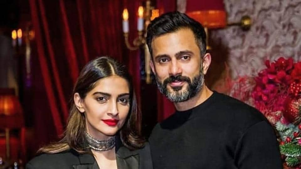 Sonam Kapoor's husband Anand Ahuja surprises her at airport with bouquet of flowers. Watch video