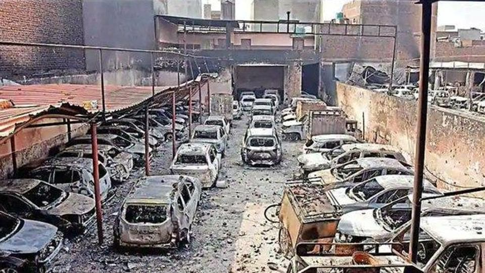 Of the five unidentified bodies, the two in the mortuary at Ram Manohar Lohia Hospital were fished out in a decomposed condition from the drains in the north-east Delhi district, and one in a mortuary of Guru Teg Bahadur Hospital was charred beyond recognition. (HT photo)