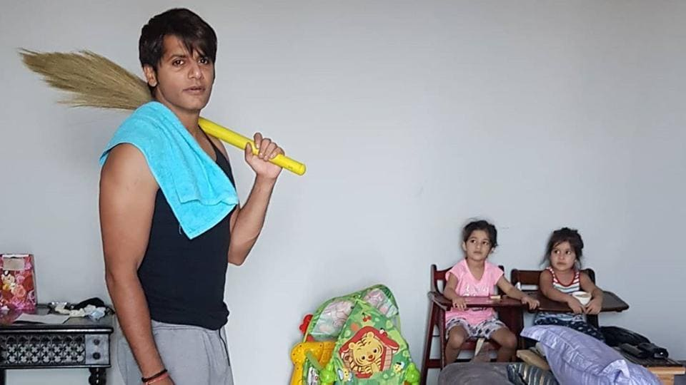 Karanvir Bohra appealed to men to participate in the household chores, as well.