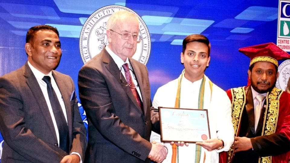 Dr Varun Gupta receiving the 'Global Young Eduprenuer 2020' award by George Washington of Peace in India on 29th Feb 2020.