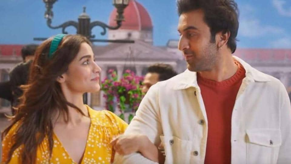 Are Alia Bhatt, Ranbir Kapoor are living together amid lockdown? Video shows couple taking a walk in... thumbnail