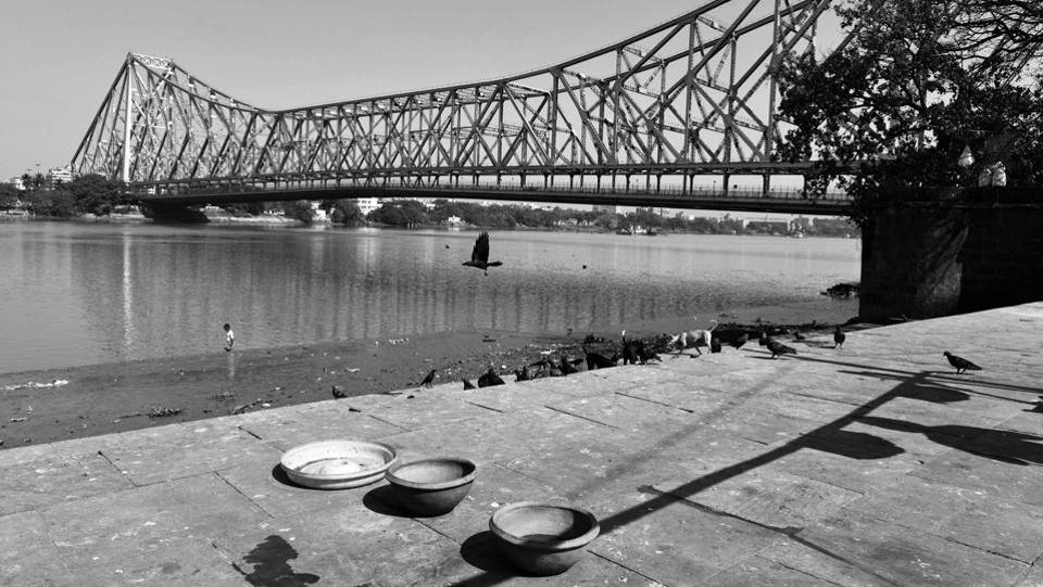 A deserted view of the iconic Howrah Bridge that spans across the Hooghly River, on day three of the 21-day nationwide lockdown to check the spread of coronavirus in West Bengal. (Samir Jana / HT Photo)
