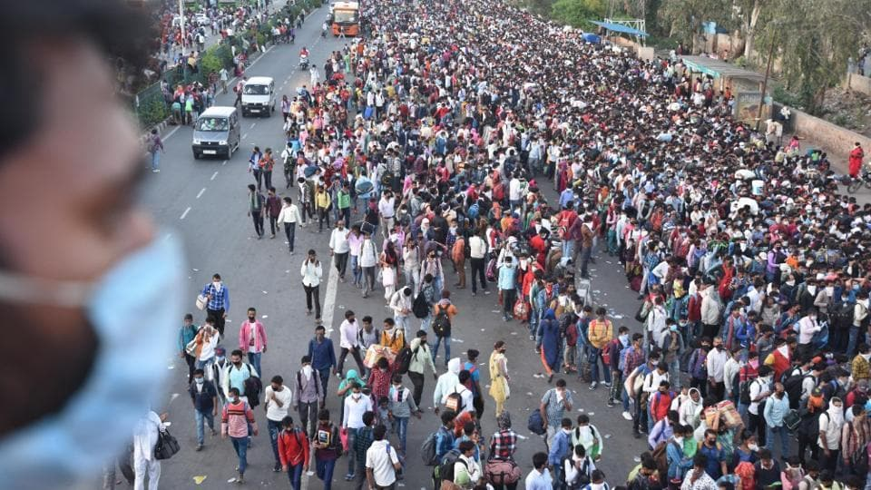 Tens of thousands of migrant workers from UP, Bihar and Uttarakhand reached the Delhi-UP border to take buses to their home towns