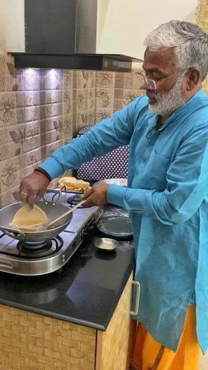 UPBJP chief Swatantra Dev Singh preparing puris for those in distress.