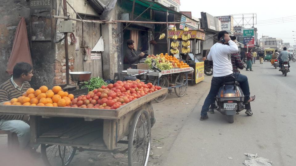 Noida has at least 3,000 licensed street vendors and around 10,000 vendors, who operated without a license.Photo by Gurminder Singh/Hindustan Times.