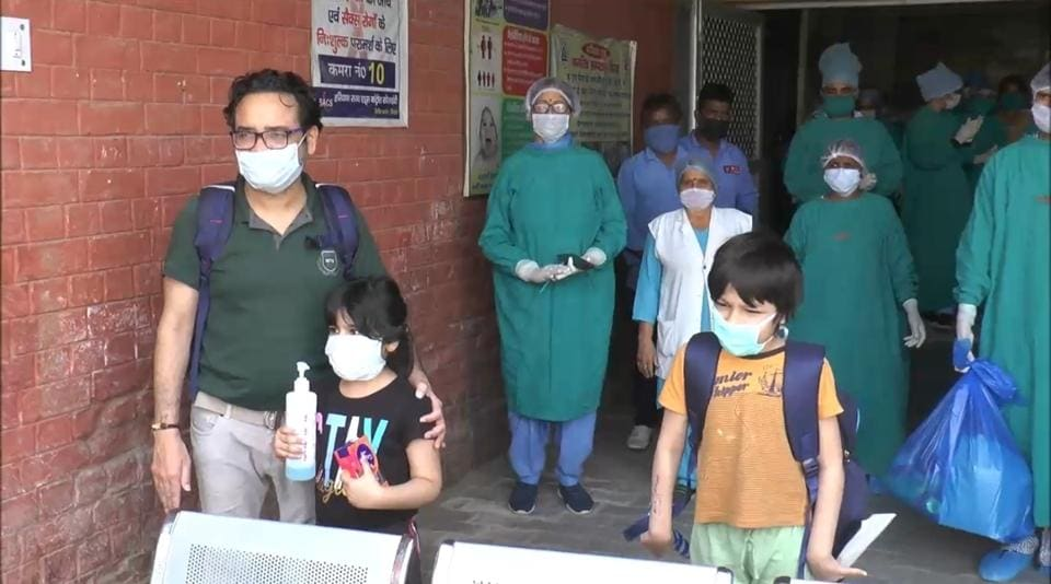 Doctors applaud two children who recovered from the coronavirus disease (Covid-19) in Haryana's Sirsa in this file photo.
