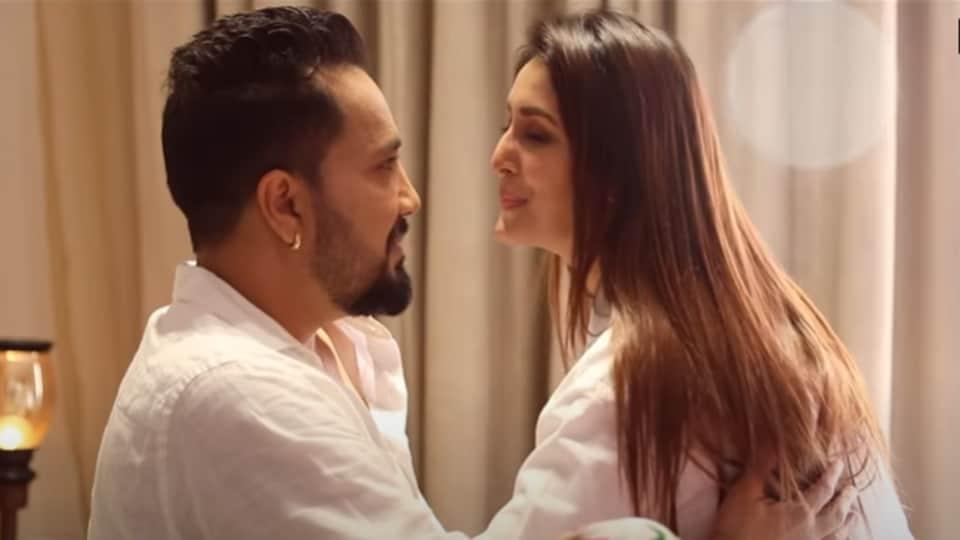 Mika Singh and Chahatt Khanna in the video of Quarantine Love.