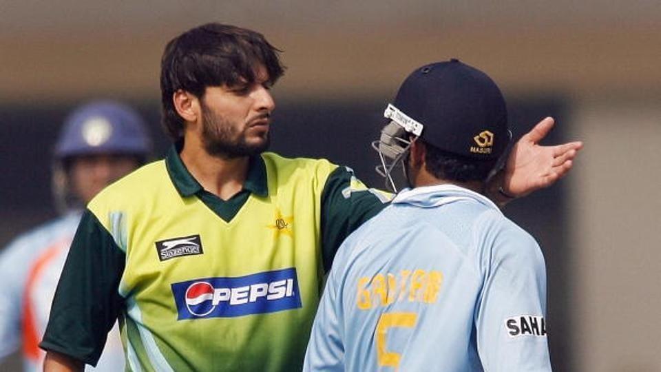 India cricketer Gautam Gambhir (R) and Pakistani cricketer Shahid Afridi argue during their third One-day International (ODI) match at the Green Park Stadium in Kanpur, 11 November 2007.