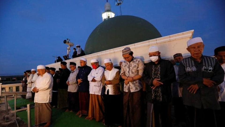 Muslim men perform evening prayers on the roof of Al Musariin mosque after they tried to look for the new moon to mark the first day of Ramadan, as the spread of the coronavirus disease (COVID-19) continues, in Jakarta, Indonesia, April 23, 2020. Picture taken April 23, 2020. REUTERS/Willy Kurniawan